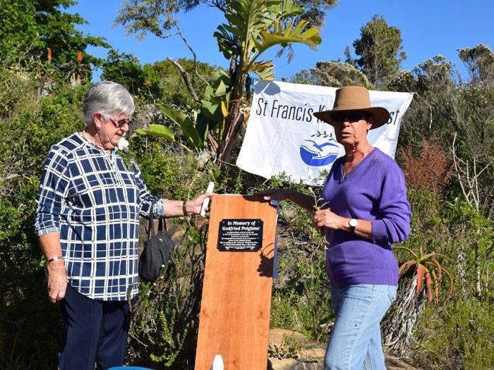 Isabel & Maggie unveiling plaque - Photo Yvonne Bosman
